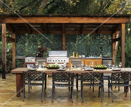 outdoor k che mit gedecktem l nglichem tisch im freien bild kaufen 355176 stockfood. Black Bedroom Furniture Sets. Home Design Ideas