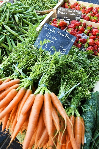Carrots, strawberries and peas at a market (Nice)