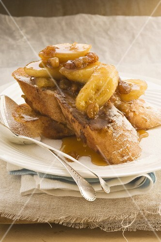 French toast with bananas and raisins