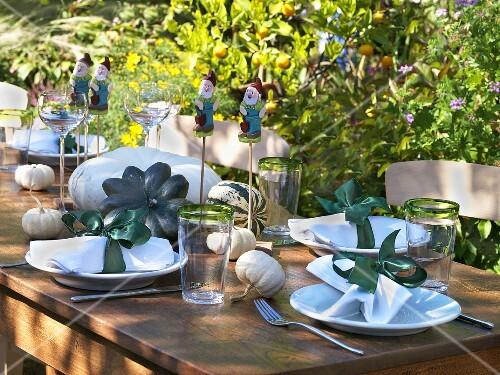 herbstlich gedeckter tisch im garten bild kaufen 365344 stockfood. Black Bedroom Furniture Sets. Home Design Ideas