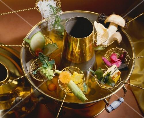 chinesisches fondue mit gem se und pilzen bild kaufen 382398 stockfood. Black Bedroom Furniture Sets. Home Design Ideas