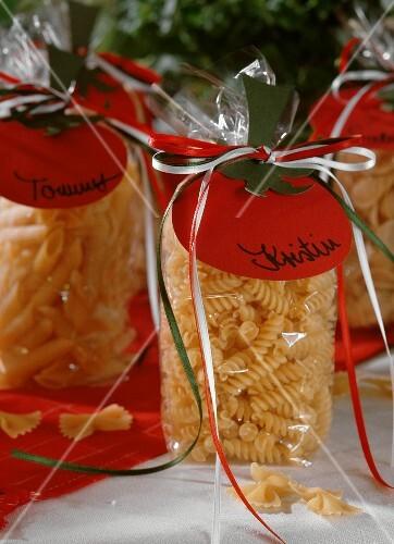 Nudeln mit italienischer dekoration als geschenk bild for Italienische dekoration
