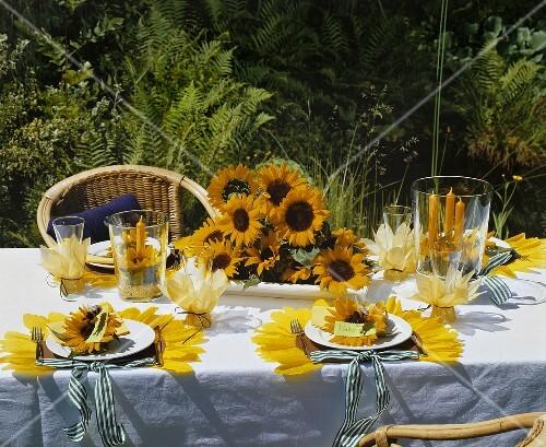 festlich gedeckter tisch mit sonnenblumen im freien bild kaufen 382544 stockfood. Black Bedroom Furniture Sets. Home Design Ideas