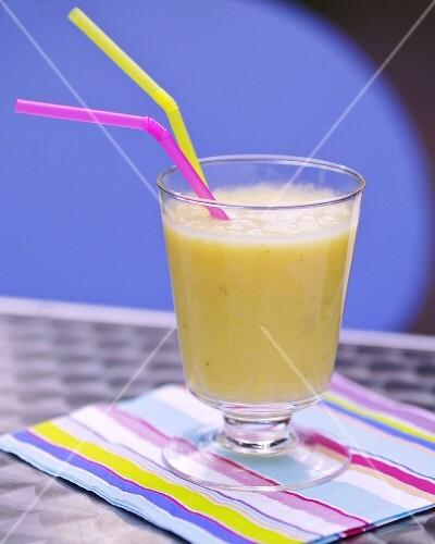 smoothie mit ananas und banane bild kaufen 378606 stockfood. Black Bedroom Furniture Sets. Home Design Ideas