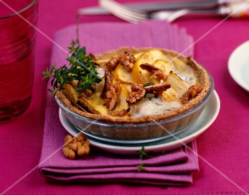 A mini chicory tart with apples, gorgonzola and walnuts