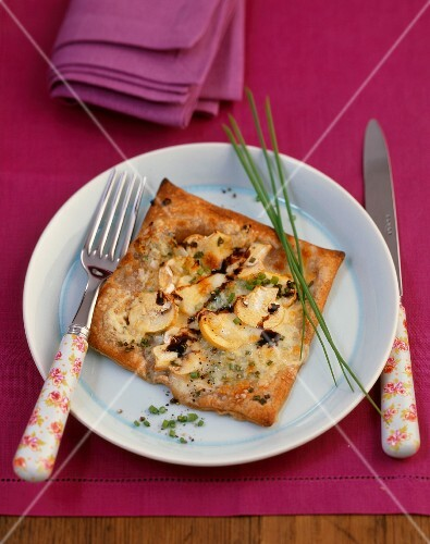 Whole-grain puff pastry tart with mushrooms and cheese
