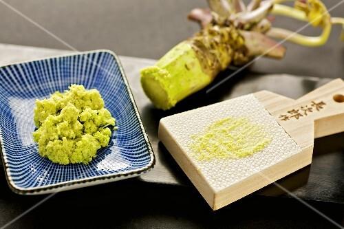 wasabipaste und wasabi reibe aus holz und haifischhaut bild kaufen 385996 stockfood. Black Bedroom Furniture Sets. Home Design Ideas