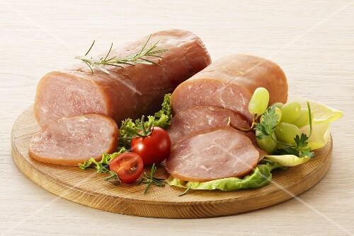 putenschinken angeschnitten mit salat und weintrauben bild kaufen 395838 stockfood. Black Bedroom Furniture Sets. Home Design Ideas