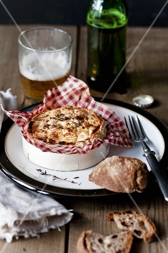 Oven baked camembert with thyme, bread and beer