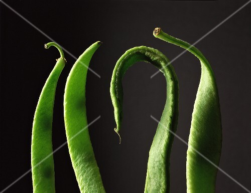 Four green beans (close-up)