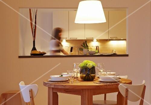 essbereich mit durchreiche zu der k che bild kaufen 453976 stockfood. Black Bedroom Furniture Sets. Home Design Ideas