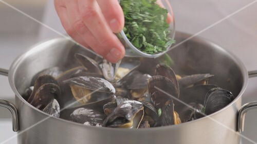Mussels in a wine broth being prepared (German Voice Over)