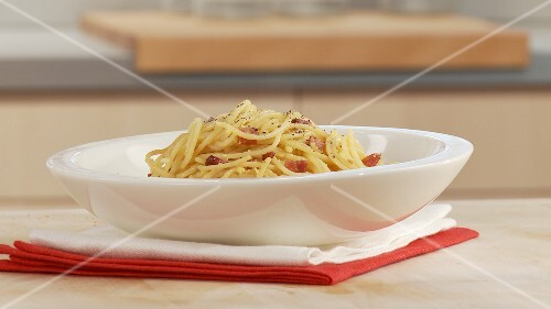 Spaghetti alla carbonara (pasta with egg and bacon, Italy)