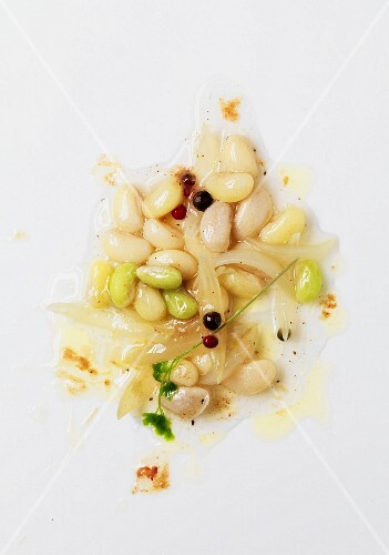 White haricot beans with onions and pepper