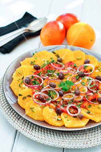 salat mit orangen blutorangen roten zwiebeln oliven und gehackten pistazien bild kaufen. Black Bedroom Furniture Sets. Home Design Ideas