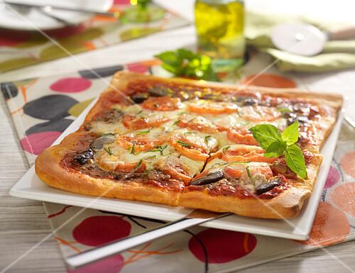 pizza mit auberginen tomaten und mozzarella bild kaufen 60359502 stockfood. Black Bedroom Furniture Sets. Home Design Ideas