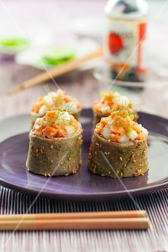 maki sushi aus buchweizenomelett mit birne und lachs bild kaufen 60361674 stockfood. Black Bedroom Furniture Sets. Home Design Ideas