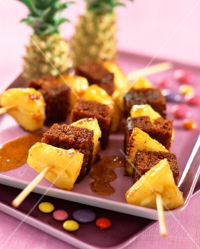 Pineapple and gingerbread brochettes