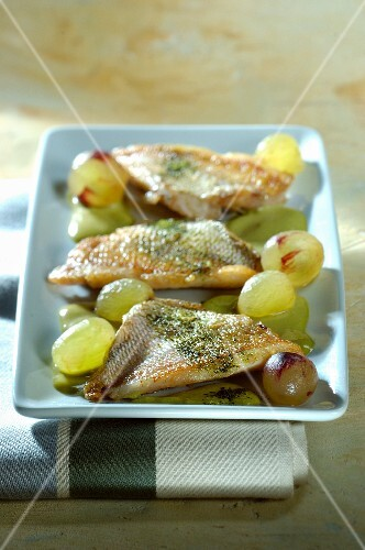 Gilthead seabream with green tea and green grapes