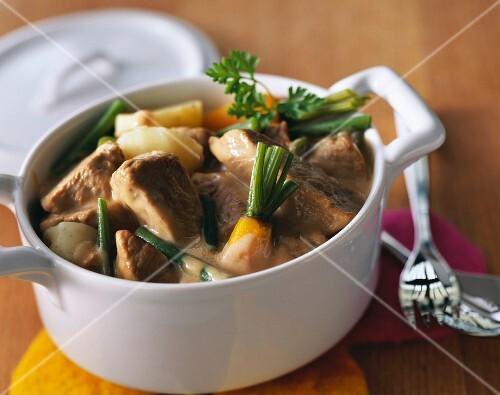 Азу по-татарски с солеными огурцами и курицей с фото