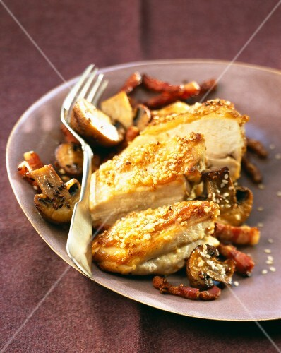 Free-range chicken breasts with sesame seeds and mushrooms