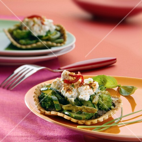 Shortbread tartlets with green vegetables and cream cheese