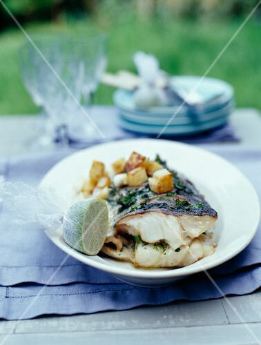 Grilled bass with sauté potatoes and lime