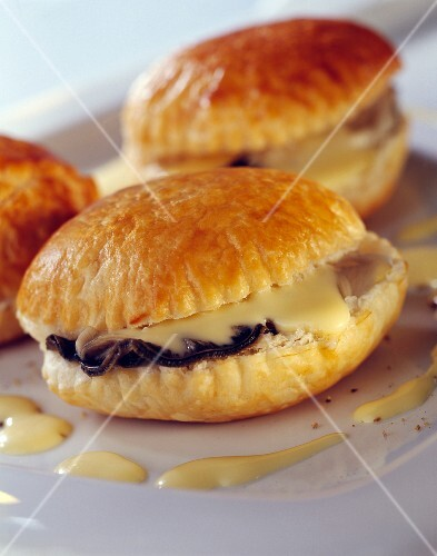 Puff pastry cakes with oysters and Pineau liqueur
