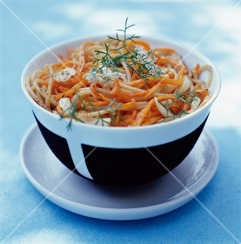 Spaghetti with carrots and garlic