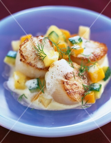 Oven-baked scallops with diced fruit and vegetables
