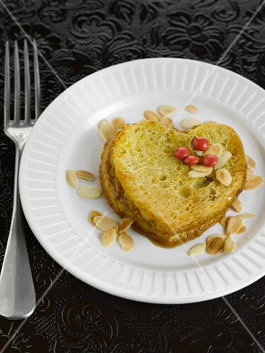 French-toast style brioche with almonds and caramel