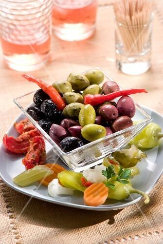 oliven und pickles zum aperitif bild kaufen 60158422 stockfood. Black Bedroom Furniture Sets. Home Design Ideas