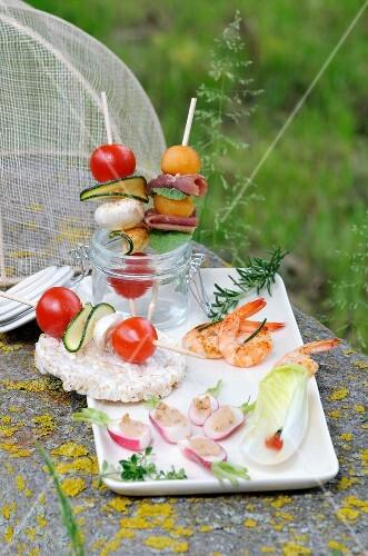 kleine h ppchen zum aperitif im garten bild kaufen 60162986 stockfood. Black Bedroom Furniture Sets. Home Design Ideas