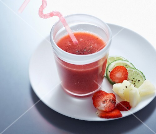 erdbeer ananas smoothie mit pfeffer bild kaufen 60180080 stockfood. Black Bedroom Furniture Sets. Home Design Ideas