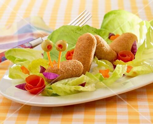 kroketten mit salat in raupen form f r kinder bild kaufen 60185322 stockfood. Black Bedroom Furniture Sets. Home Design Ideas