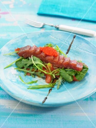 salat mit thunfisch sashimi tomatenconfit rucola und feldsalat bild kaufen 60191002. Black Bedroom Furniture Sets. Home Design Ideas