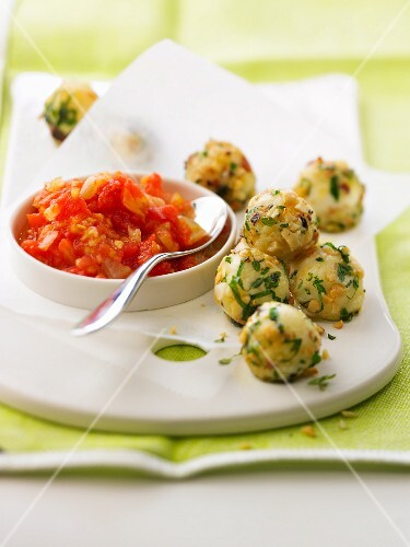 Goat's cheese bites and crushed tomatoes