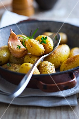 Pan-fried potatoes with garlic