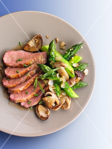 Duck breast with green asparagus and ceps
