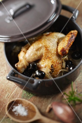 Young cockerel from bresse with black olives and steamed with Absinthe