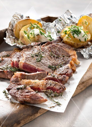 Entrecôte with thyme and baked potatoes in their jackets with cream and chives