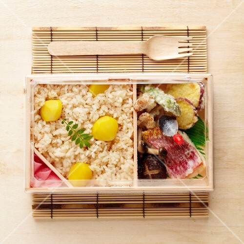 bento box mit fisch gem setempura und reis bild kaufen 60219900 stockfood. Black Bedroom Furniture Sets. Home Design Ideas
