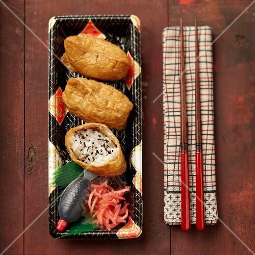 inari sushi auf japanischem geschirr mit st bchen bild kaufen 60219914 stockfood. Black Bedroom Furniture Sets. Home Design Ideas