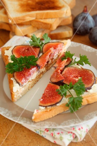 Goat's cheese and figs on toasts
