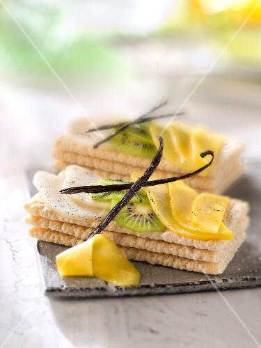 Cracottes topped with thinly sliced vanilla-flavored fruit