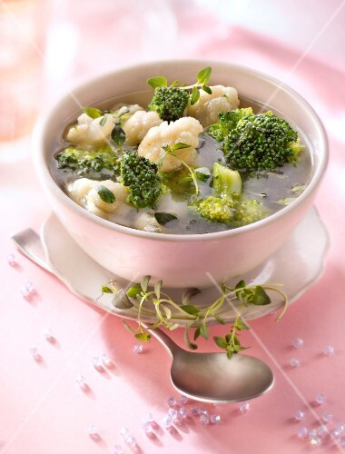 Broccoli and cauliflower broth with thyme