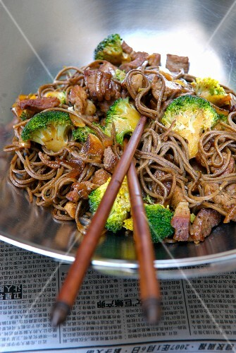 Five flavored sauteed noodles with pork and broccolis