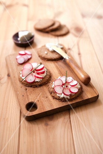 Digestive biscuits with sliced radishes and goat's cheese