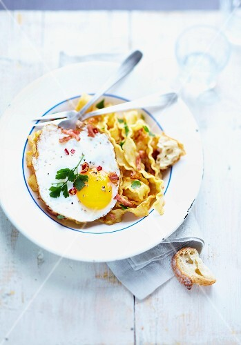 Pasta with peppers and fried egg