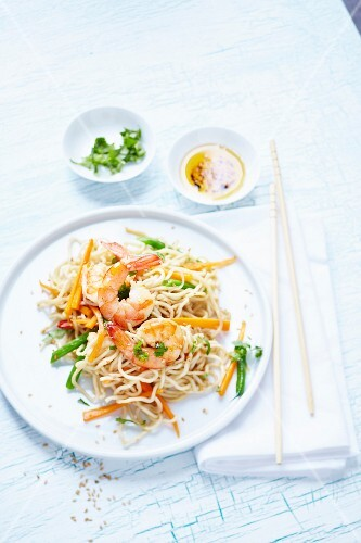 Oriental noodles with prawns and vegetables